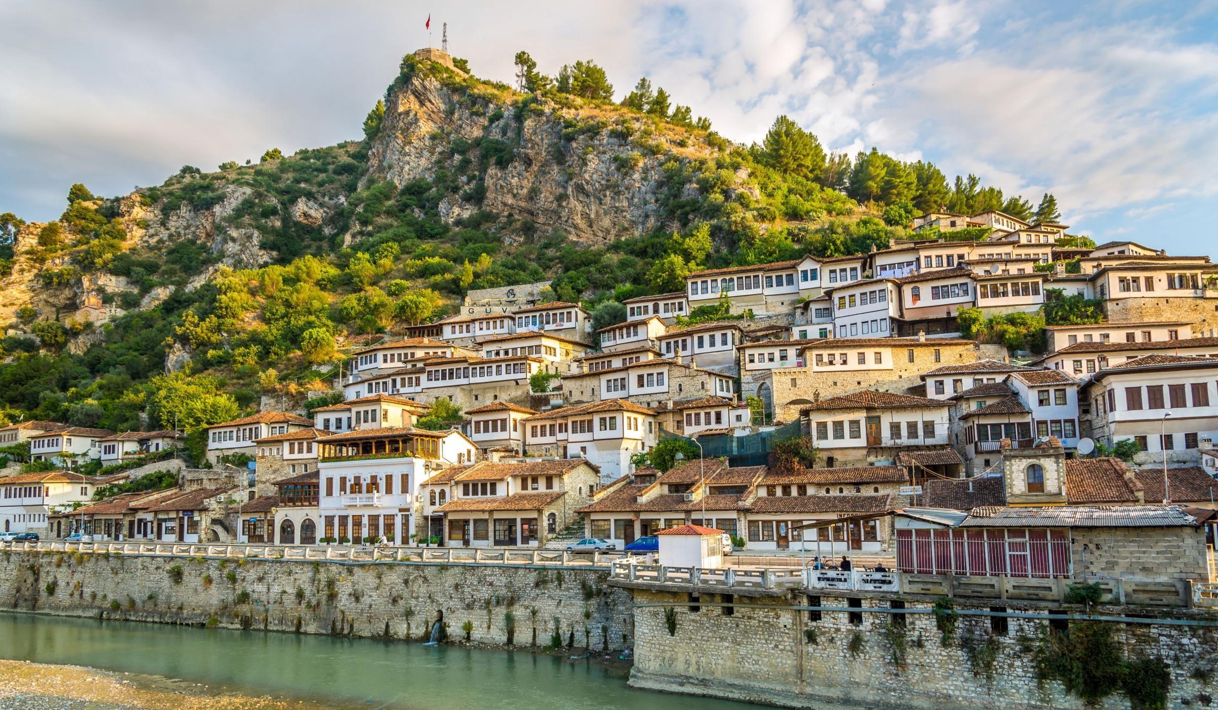 Udhëtimi në qytetin e një mbi një dritareve,Berat